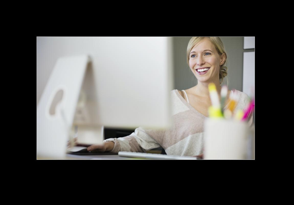 Frau verwendet digitale Stempeluhr zur Arbeitszeiterfassung